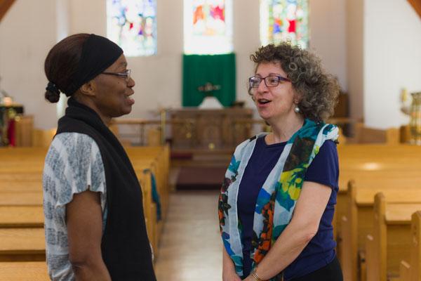 Deux femmes discutent dans une église