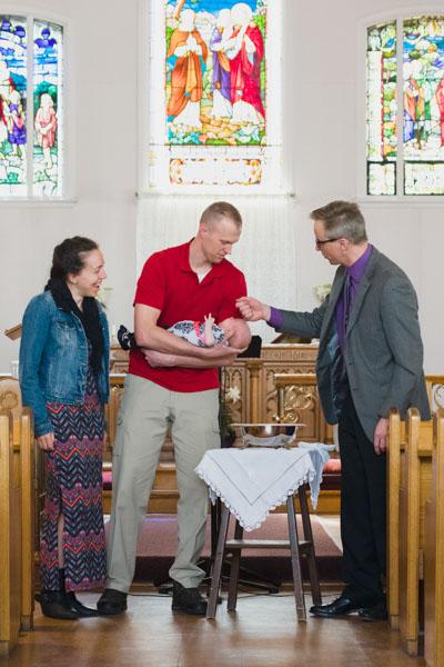 Pasteur Bernard Westerveld baptise le bébé d'un couple